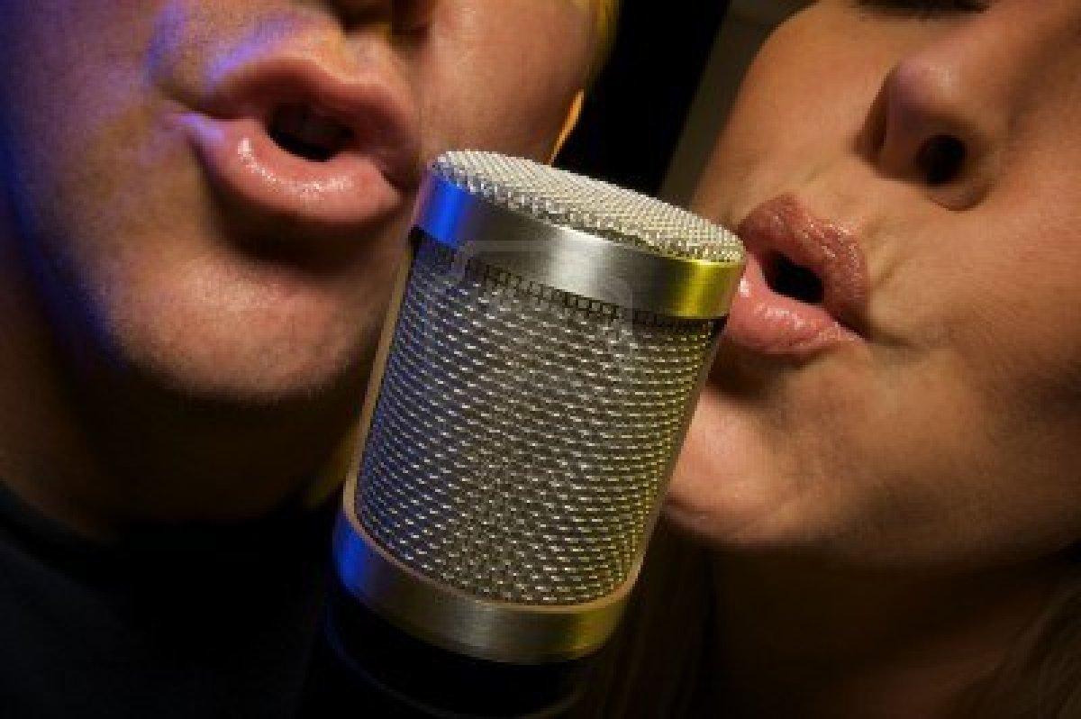 3248121-pareja-cantando-a-duo-microfono-de-condensador