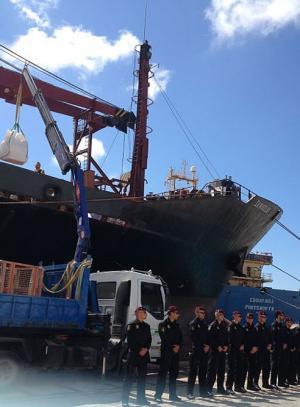 Agentes-Grupo-Operaciones-especiales-interviniendo-barco-cargado-cocaina-costas-gaditanas