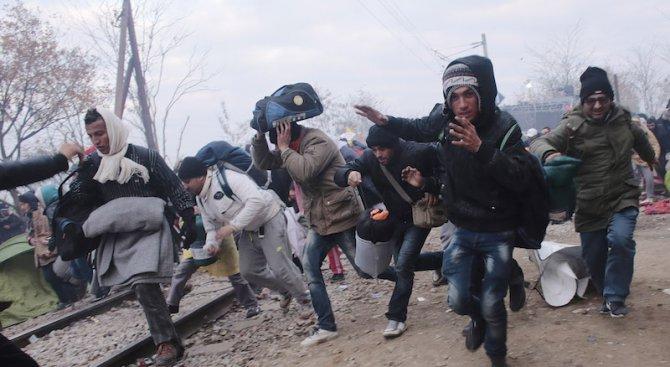 1100-afrikanski-migranti-shturmuvaha-ogradata-na-ispanski-anklav-50-granichari-sa-raneni-422321