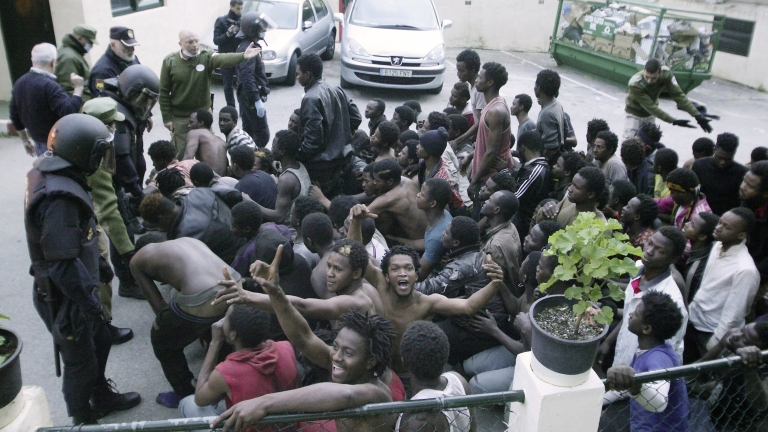 Five hundred Sub-Saharan migrants climb the Ceuta border fence